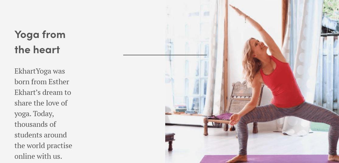 Esther Ekhart effectuant des étirements de yoga